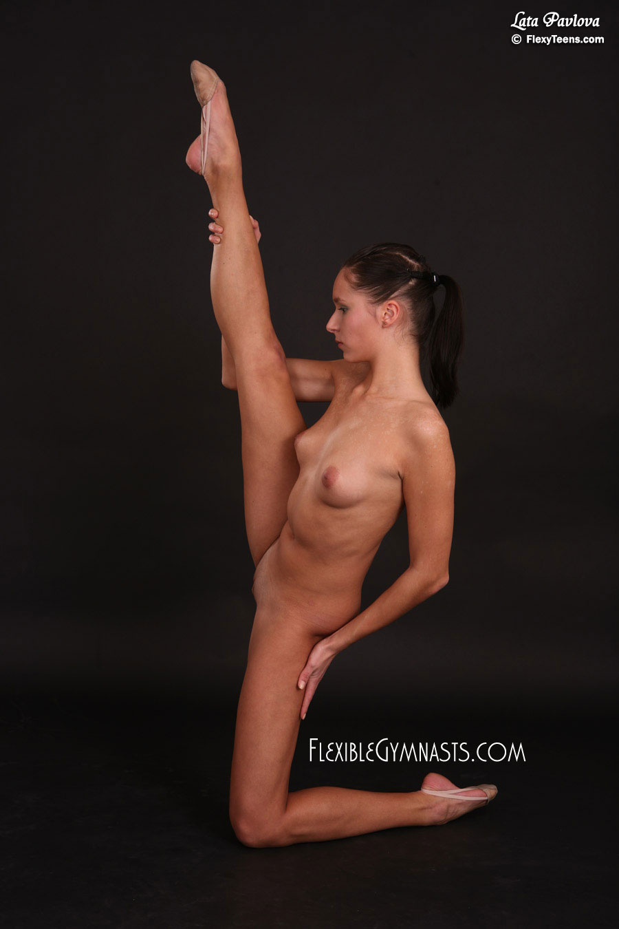 Flexible gymnast girl posing naked in the gym - XVIDEOSCOM